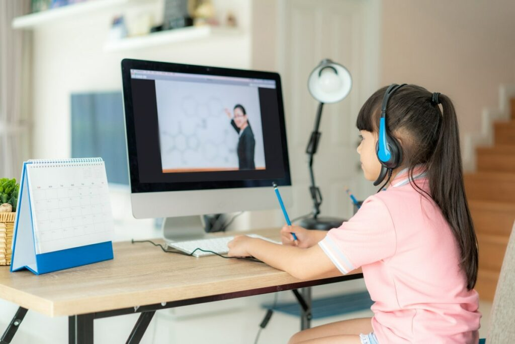 a child learns chemistry through an online course